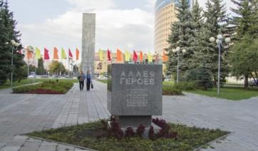 Мемориальный комплекс из двух видов гранитов Куса Мемориальный комплекс с барельефом в человеческий рост Южа