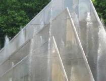 Фонтан со стеклянной пирамидой