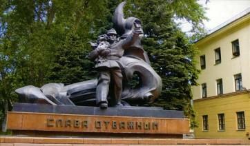 Мемориальный комплекс с барельефом в человеческий рост Зубцов Эконом памятник Волна в камне Богданович