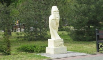 Мемориальный комплекс с барельефом в человеческий рост Новая Ляля Памятник Роза из двух видов гранита Новокузнецк