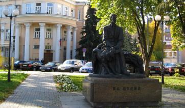 Мемориальный комплекс с барельефом в человеческий рост Гатчина заказ памятника на кладбище Осташков