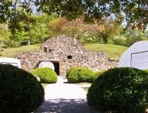 Гробница в саду