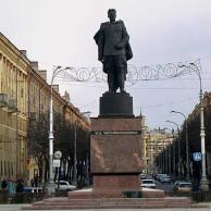 Мемориальный комплекс с барельефом в человеческий рост Сорочинск Эконом памятник с резным крестиком в углу Бежецк