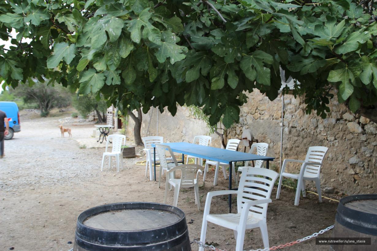 Место, где сидит мсье Ришар и подписывает бутылки