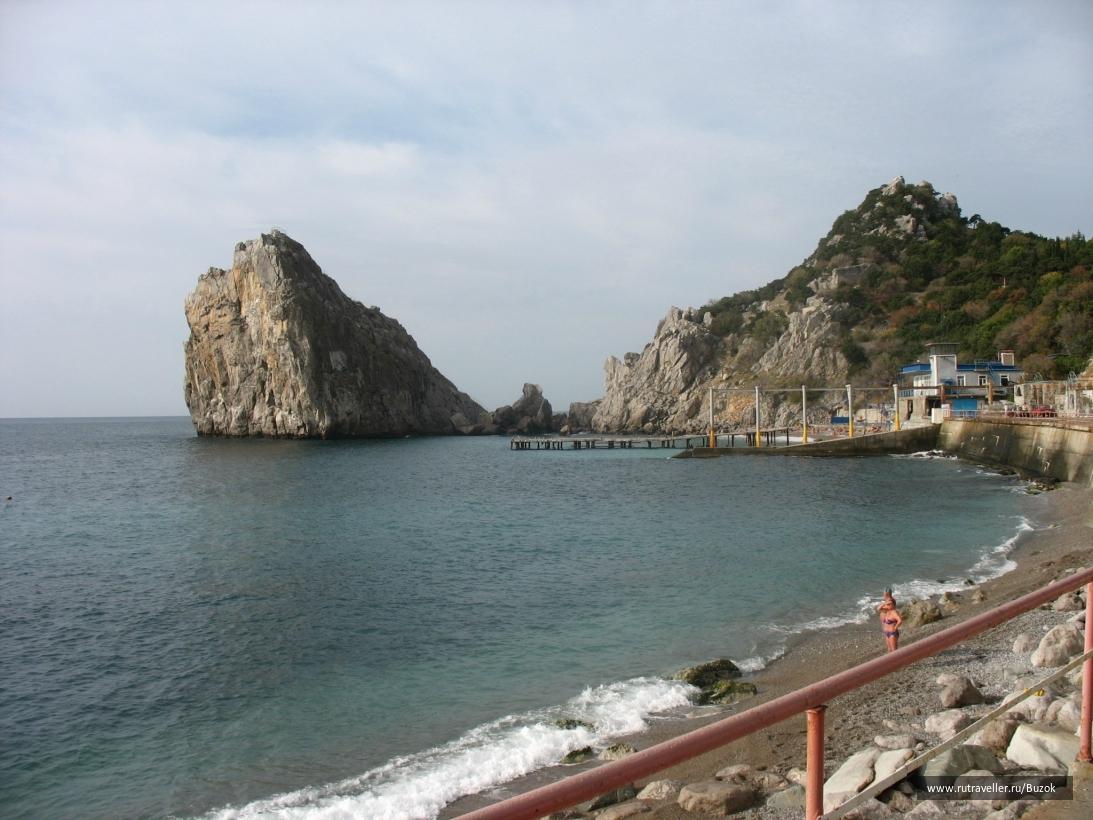 Вид на скалу с пляжа