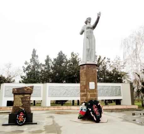 Мемориальный комплекс с арками и колонной Темрюк Цоколь резной из габбро-диабаза Севастопольская