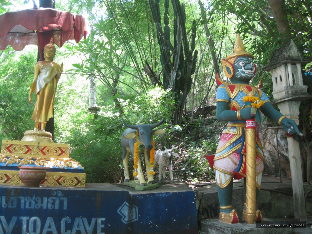 У входа в Буддийскую пещеру