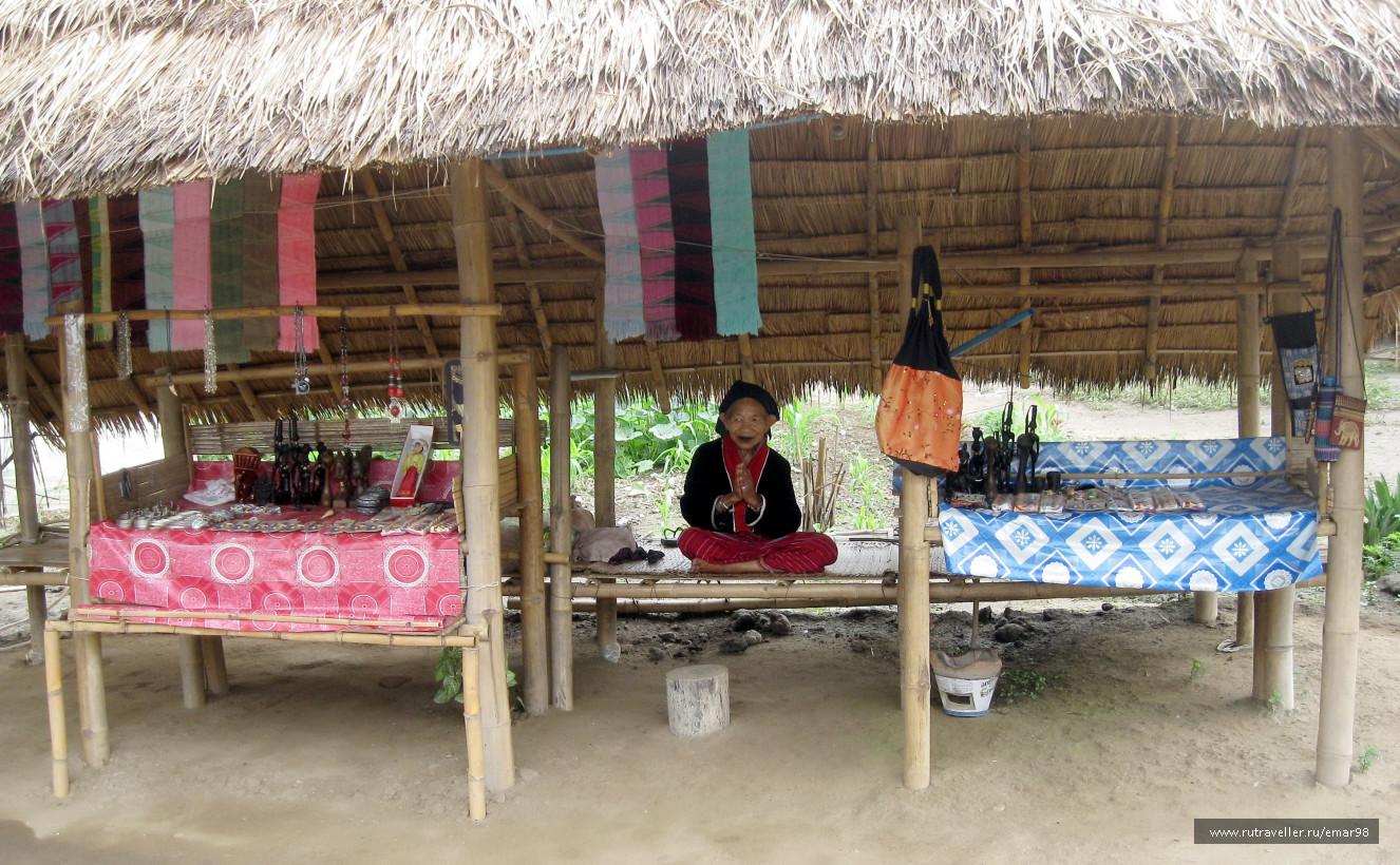 Женщины племени акха отличаются миниатюрностью и черными зубами