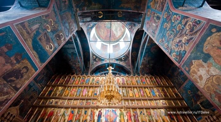 Внутри собора Троицы Живоначальной в Александровском кремле