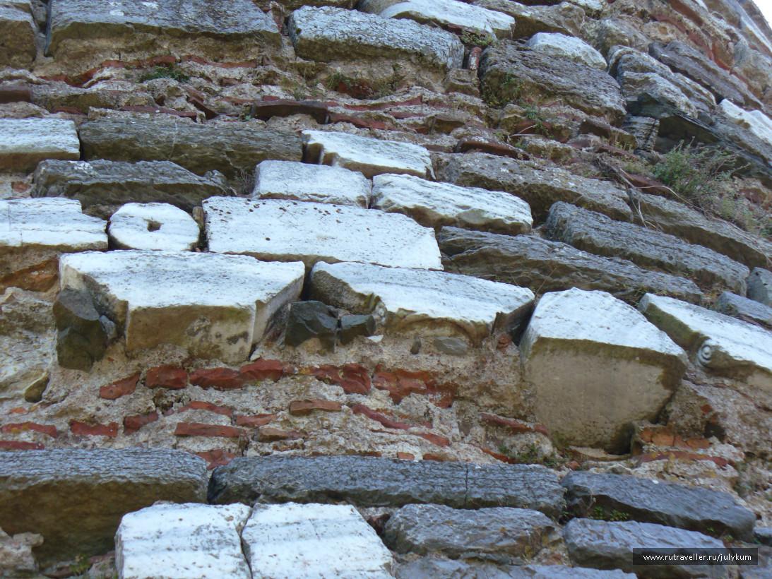 Кладка генуэзской крепости. На фото видны куски древнегреческих колон.