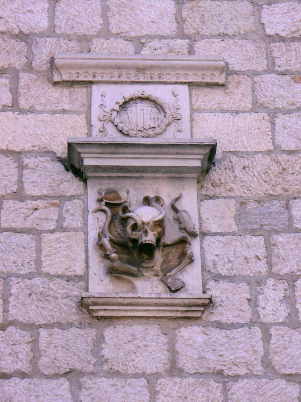 Эмблема старинной аптеки на дворце Грубония.