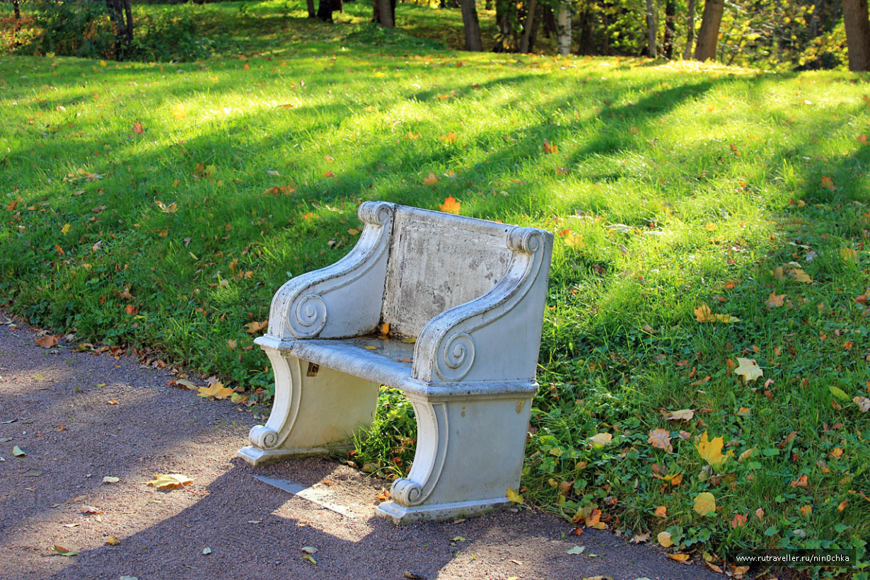 Скамейка возле дворца Петра III