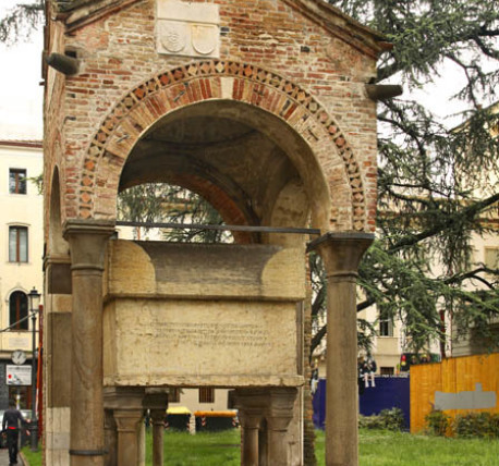 Мемориальный комплекс с арками и колонной Луза Памятник с крестом на просвет Печора