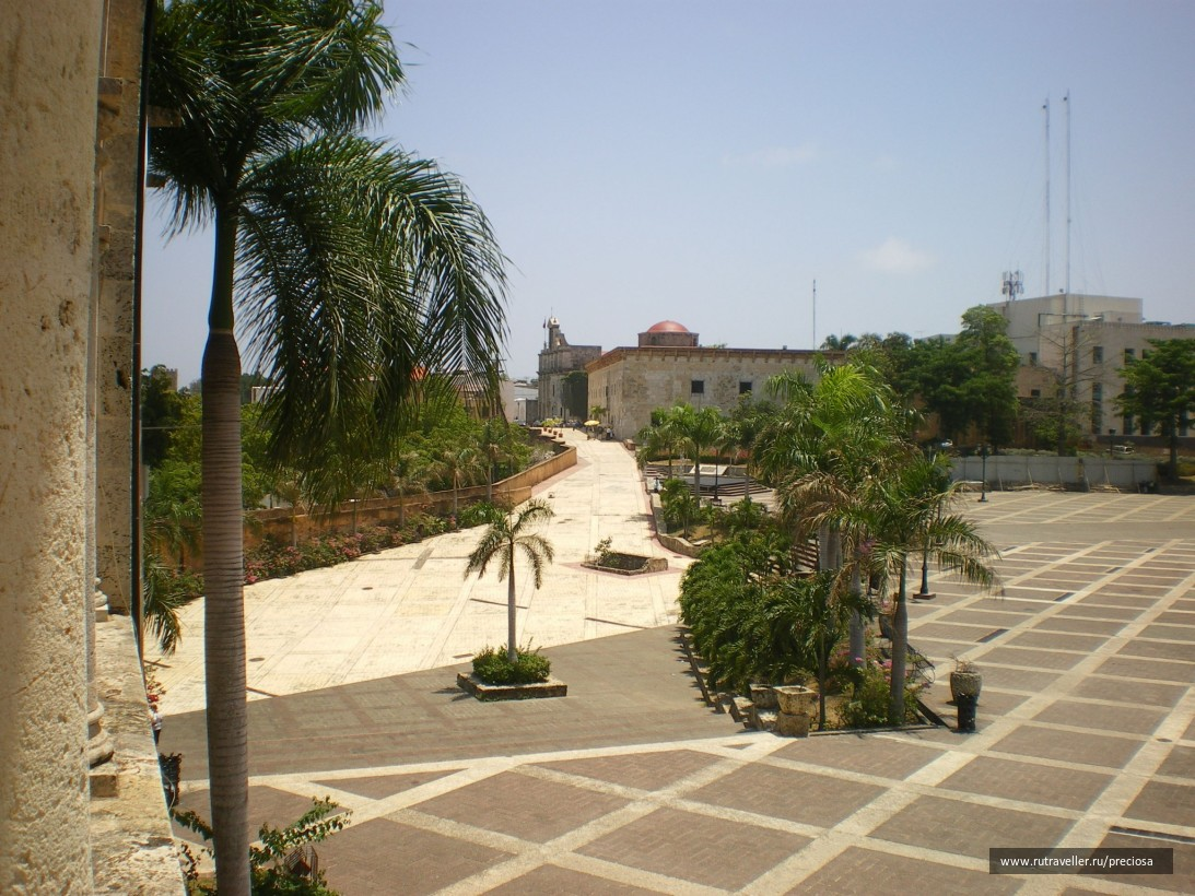 Вид с балкона Алькасар-де-Колон на площадь Испании и музей Касас-Реалес