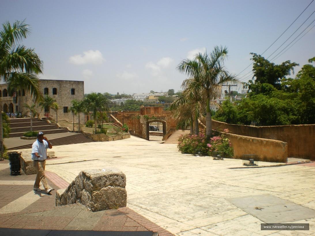 Вид на одни из ворот крепости Колониальной зоны