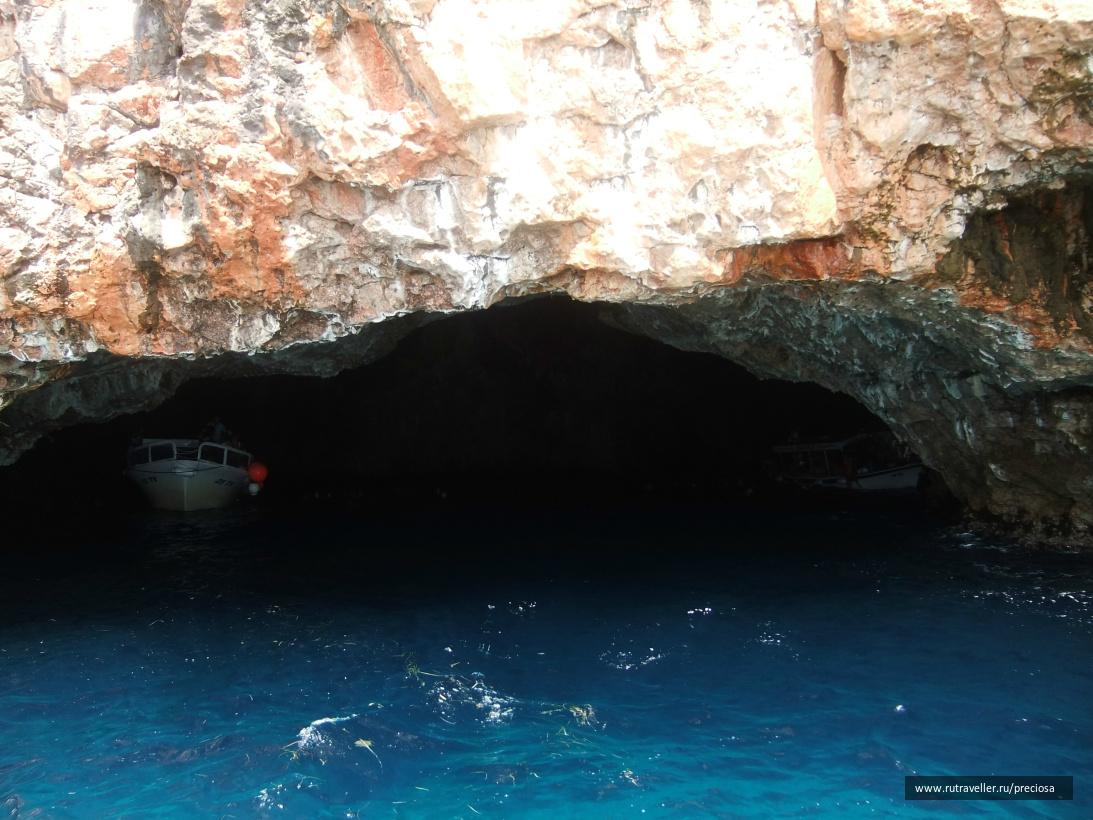 В Голубой пещере (цвет воды - реально такой)