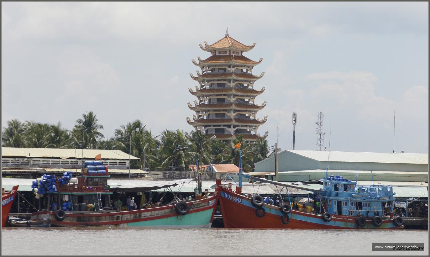 Пагода в дельте реки Меконг.