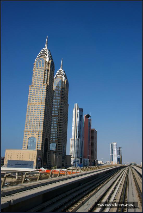 Вид на Дубай из окна метро.