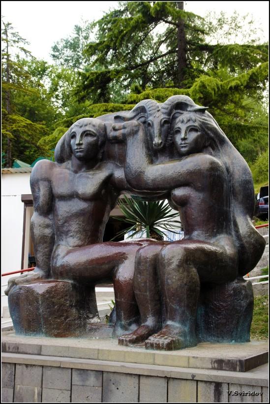 Скульптура перед пещерой в Новом Афоне.