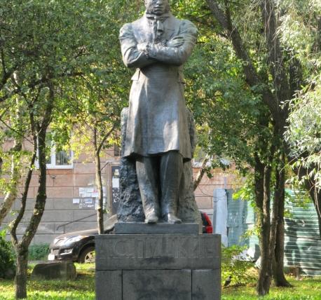Памятник из цветного гранита Пустошка Лампадка из лезниковского гранита Харабали
