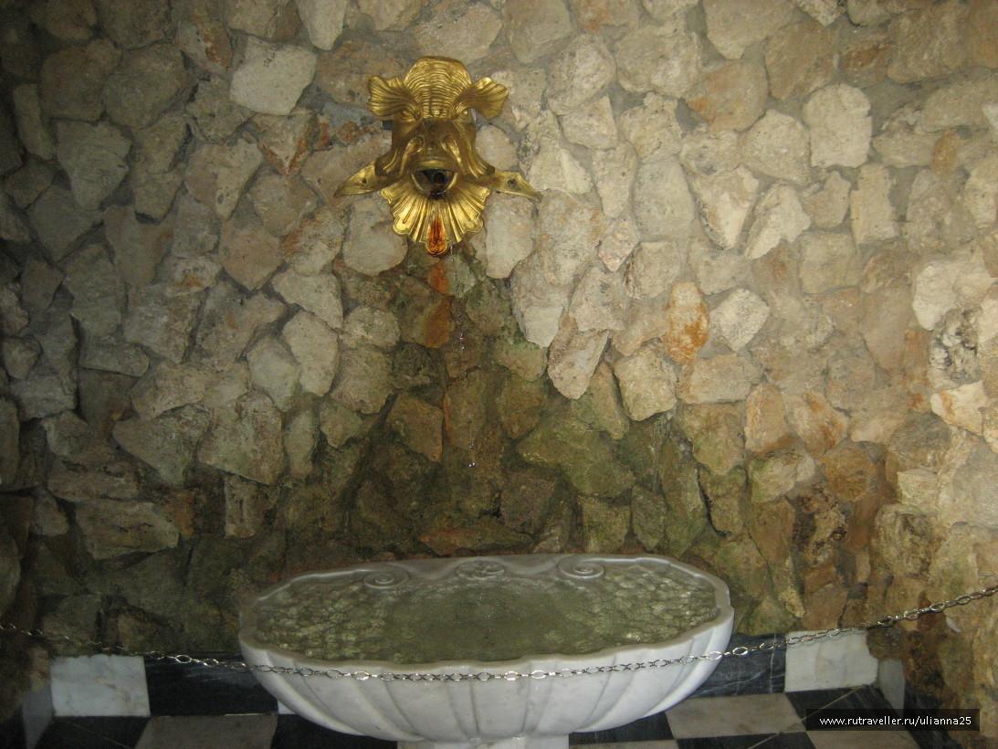 Гроты под фонтанами Большого каскада.