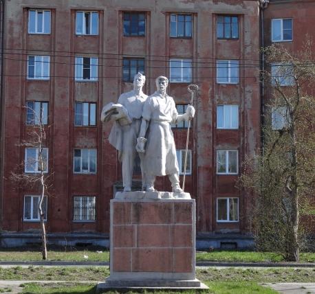 Мемориальный комплекс с арками и колонной Серафимович Эконом памятник Плечики Бирюсинск