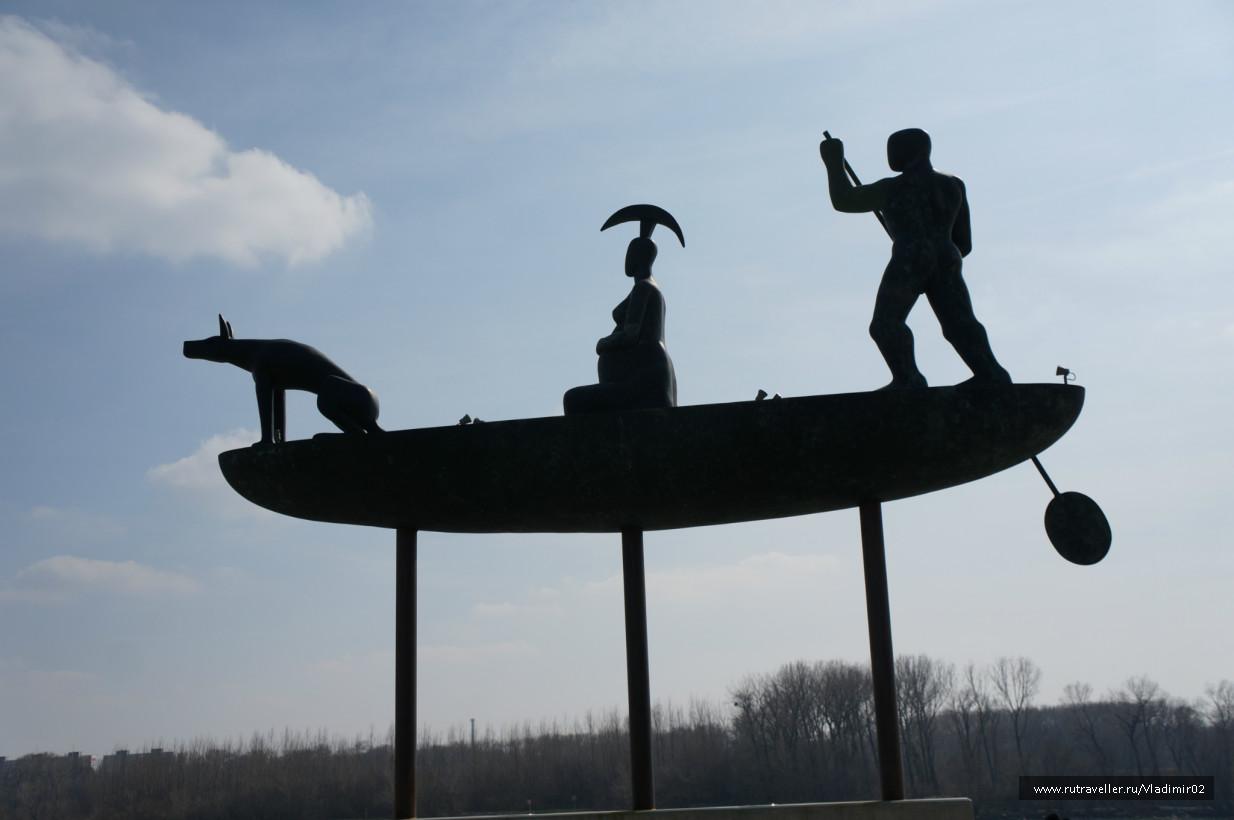 Трое в лодке... Скульптура на набережной
